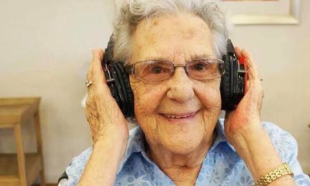 MooveandGroove_Nanna_with_Headphones